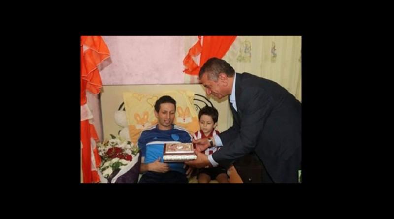 محافظ كفرالشيخ يزور لاعب ومدرب كرة القدم بمنزلة