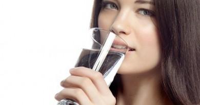 صحيًا.. متى يجب علينا شرب الماء؟