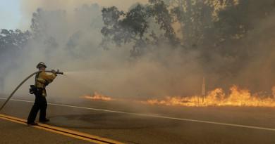 إيطاليا تعتقل رجل إطفاء أشعل الحرائق لكسب المال