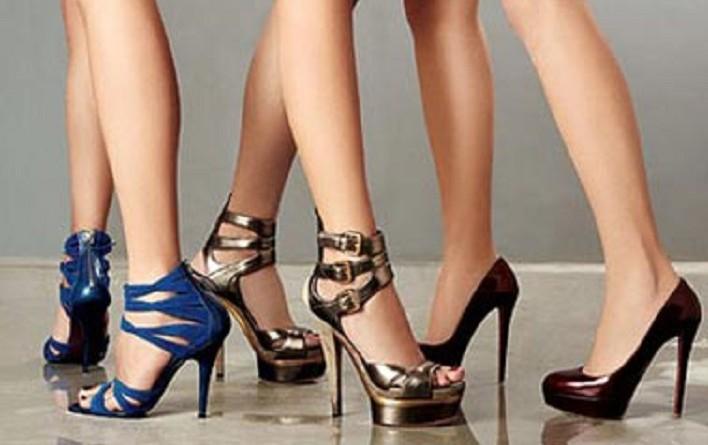 ثلثا النساء يرين أن ارتداء الكعب العالي أكثر جاذبية