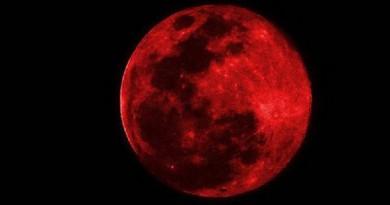 القمر الدموى فى السماء ليلة الاثنين!