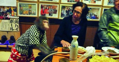قردة تخدم الزبائن في مطعم ياباني