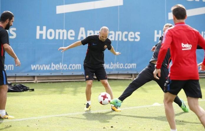 إنييستا يعود لتدريبات برشلونة تحضيرًا للسوبر الإسباني