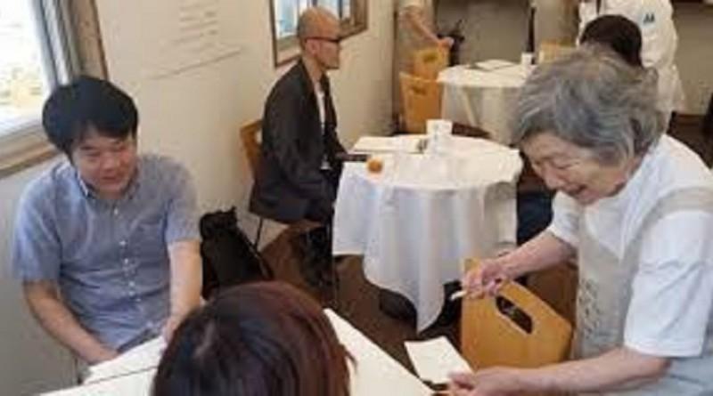 مطعم ياباني يشغل مصابين بالخرف للتوعية بالمرض