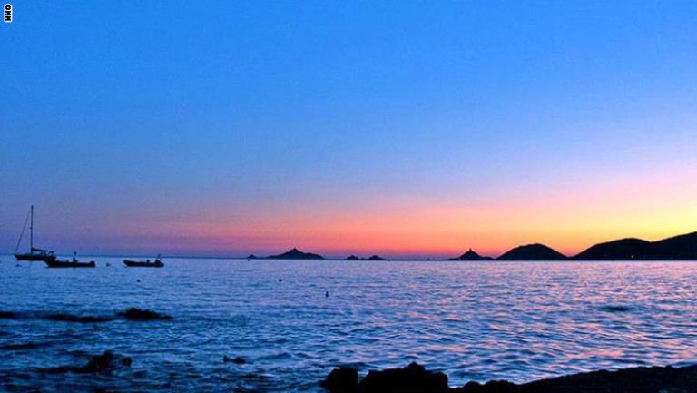 مشهد غروب الشمس جزيرة ديزيل سانغينار في فرنسا