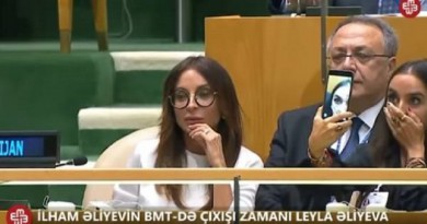 """بالفيديو: ابنة الرئيس الأذربيجاني تحرج أبيها بـ""""سيلفي"""""""