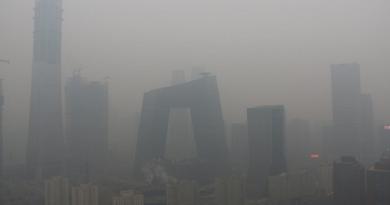"""""""موسم الغبار الأصفر"""" يخيم على الصين!"""