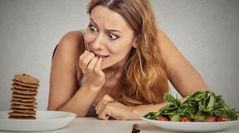 سؤال تطرحه كل امرأة.. ما سر نوبات الأكل تلك؟