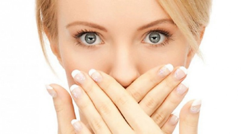 """8 أسباب """"علمية"""" لرائحة الفم الكريهة"""