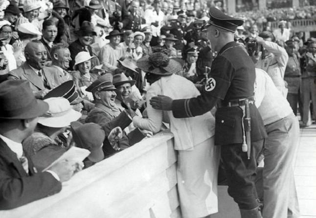 بالفيديو: المرأة التي عزلت حراس هتلر بقبلة جريئة!