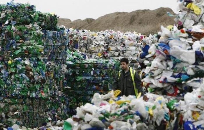 بريطانيا تعتزم وضع خطة للتخلص من نفايات الزجاجات البلاستيكية