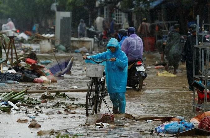 الإعصار دامري يقتل 106 في فيتنام