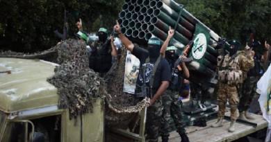 «حماس» تبلغ عباس استعدادها لتسليم سلاحها إلى المنظمة