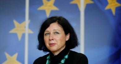 الاتحاد الأوروبي يدعو فيسبوك وجوجل وتويتر إلى المزيد من أجل المستخدمين