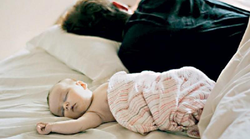133 رضيعًا يموتون بسبب النوم بجانب والديهم
