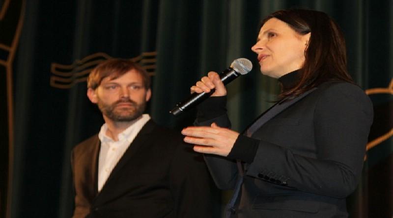 جولييت بينوش تحصل على جائزة التنين الفخرية من مهرجان يوتوتوري السينمائي الدولي