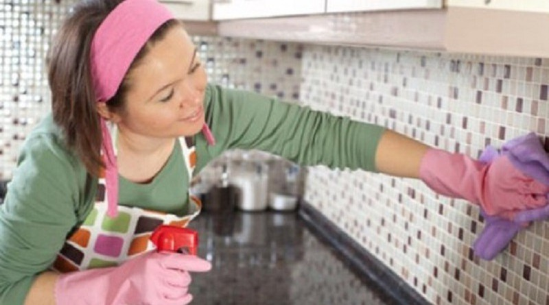 دراسة: تنظيف المنزل يضر برئتي المرأة
