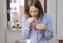 امرأة تستخدم فمها في تقطيع اللحم وطهيه