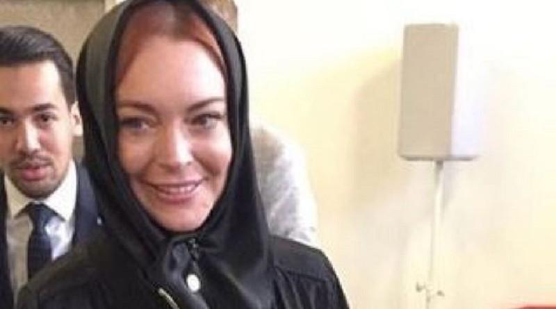 ليندسي لوهان ترتدي الحجاب في أسبوع لندن للموضة