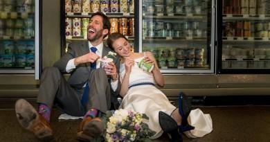 """عروسان يقيمان حفل زفافهما داخل """"سوبر ماركت"""""""