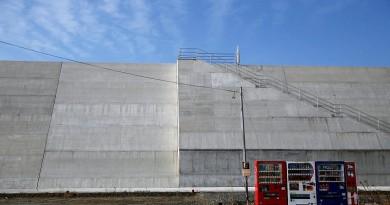 اليابانيون يواجهون صعوبات مع حواجز الأمواج بعد سبعة أعوام على تسونامي