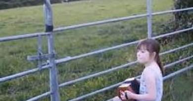 بالفيديو: طفلة تستدعي الأبقار عن طريق الموسيقى