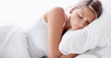 """أفضل وضعيات النوم من أجل """"ليلة هانئة"""""""
