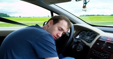 التفسير العلمي لنوم بعض الناس على مقود السيارة، ما قد يؤدي إلى حوادث مميتة أو كوارث مفزعة، خاصة وأن حادثة من كل 5 حوادث سير حول العالم تقع بسبب سقوط السائق في النعاس