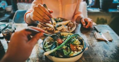 دراسة إسبانية : تناول العشاء مبكراً يقي من سرطاني الثدي والبروستاتا