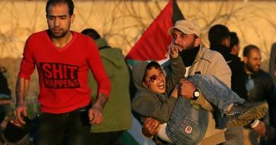 رجل يحمل الطفل الفلسطيني محمد النجار بعد إصابته بمقذوف في عينه اليمنى خلال احتجاج على حدود قطاع غزة يوم 11 يناير كانون الثاني 2019. تصوير: إبراهيم أبو مصطفى - رويترز