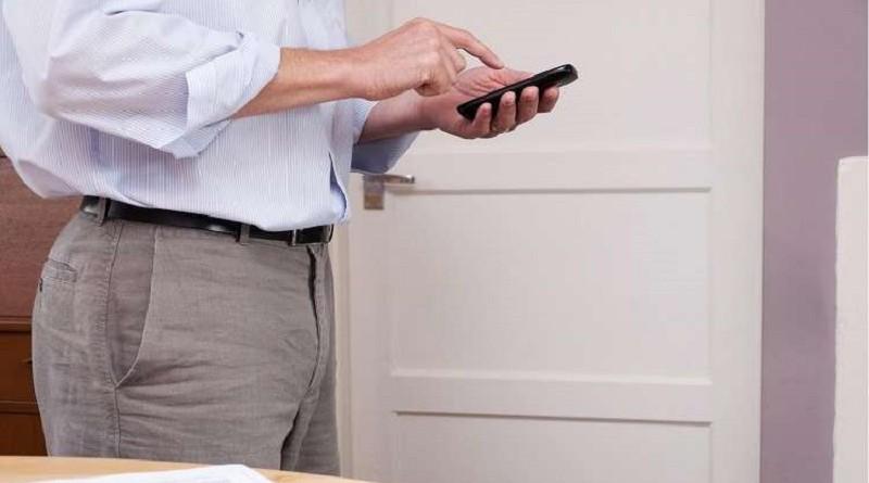 للرجال...وضع الهاتف في جيب البنطلون يؤثر على القدرة الجنسية