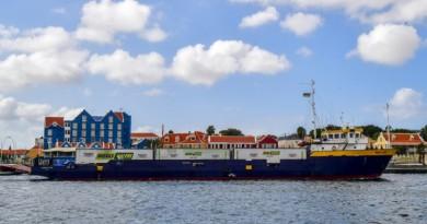 سفن مساعدات راسية في موانىء جزيرة كوراساو تحت وطأة تهديد البحرية الفنزويلية