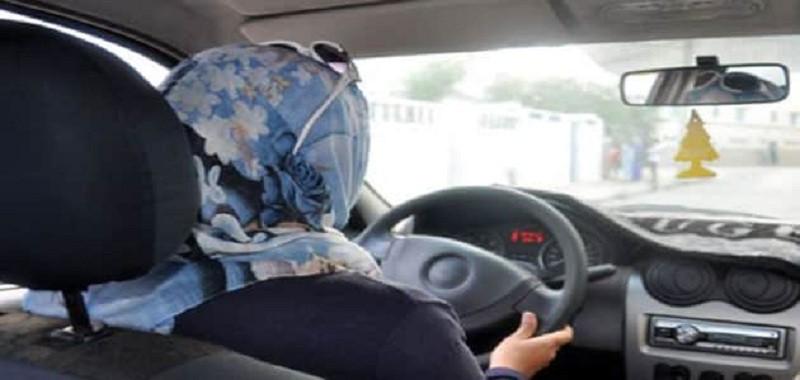 فقدت السيطرة على سيارتها لتستقر في محل للمفروشات (صور)