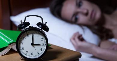 دراسة: قلة النوم تفقدك جاذبيتك