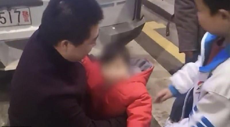 """من أجل لعب """"القمار"""" أب يبيع طفلته (فيديو)"""