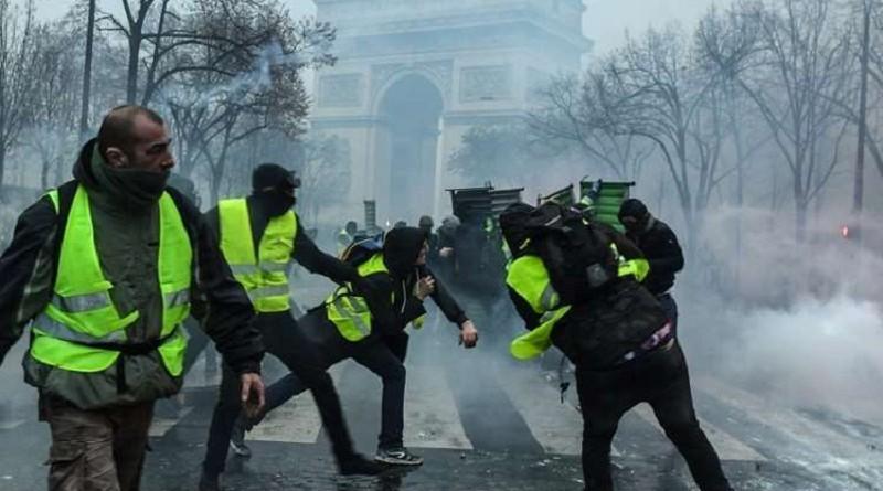 """ارتفاع حدة الاشتباكات بين محتجي """"السترات الصفراء"""" والشرطة في تظاهرات """"السبت الأسود"""""""