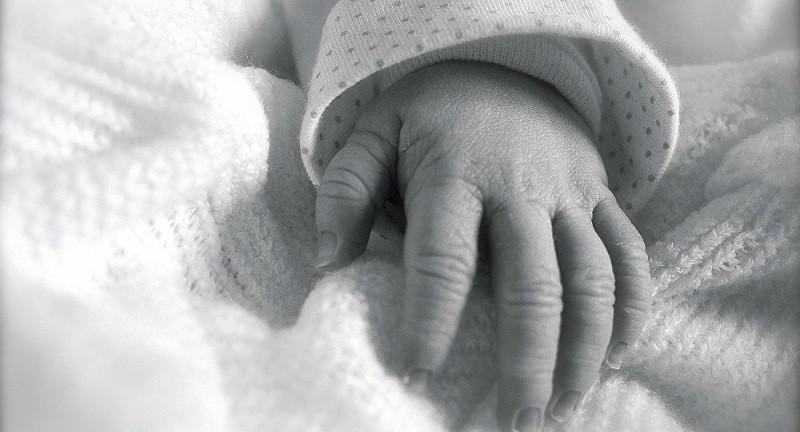 ممرضة تعترف: بدلت 5 آلاف رضيع فور ولادتهم