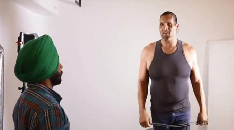 مزحة مصارع عملاق كادت تفقد رجل وعيه (فيديو)