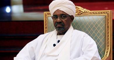 بالفيديو...ضابط سوداني يقسم للمعتصمين ويكشف مكان البشير