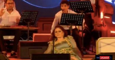 ميادة الحناوي تفقد توازنها وتسقط على خشبة مسرح في تونس