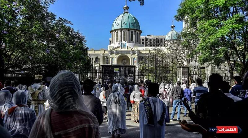 مسيحيون أرثوذكس يصلون خارج كاتدرائية مقفلة بسبب فيروس كورونا المستجد في أديس أبابا في 5 نيسان/أبريل 2020