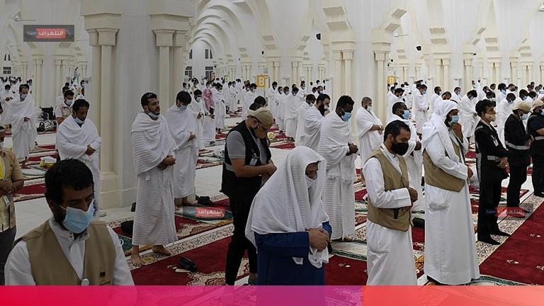 ضيوف الرحمن يؤدون صلاتي المغرب والعشاء بمسجد المشعر الحرام