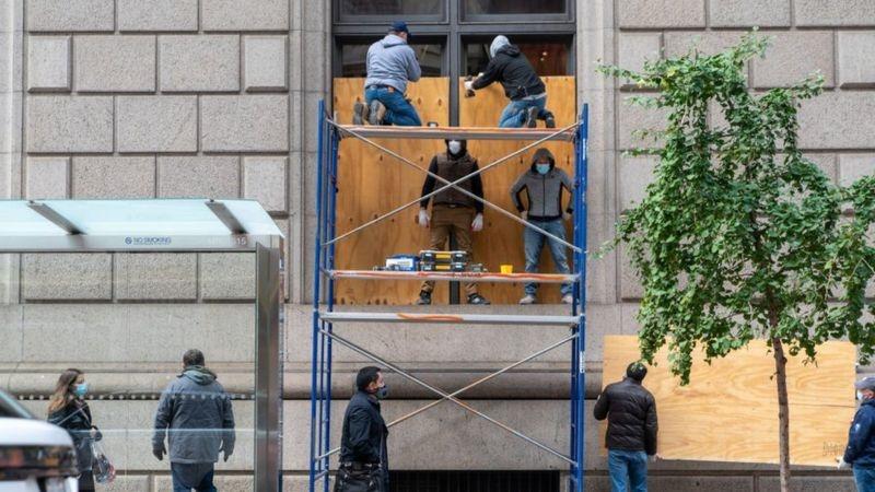 بدأت بعض المصالح والمحال التجارية في العاصمة واشنطن ومدينة نيويورك بتغطية واجهاتها تحسبا لاندلاع أعمال عنف
