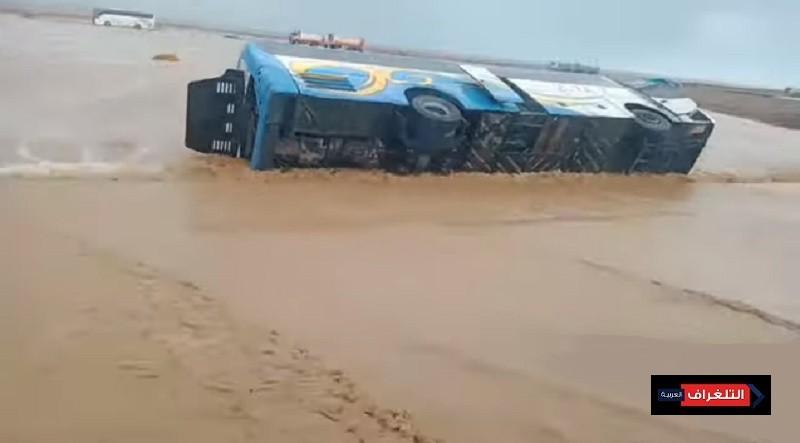 السيول تجرف السيارات والشاحنات في البحر الأحمر