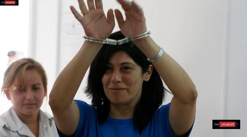 فلسطينيون يتظاهرون أمام سجن عوفر الإسرائيلي للمطالبة بإطلاق سراح النائبة خالدة جرار بعد وفاة ابنتها